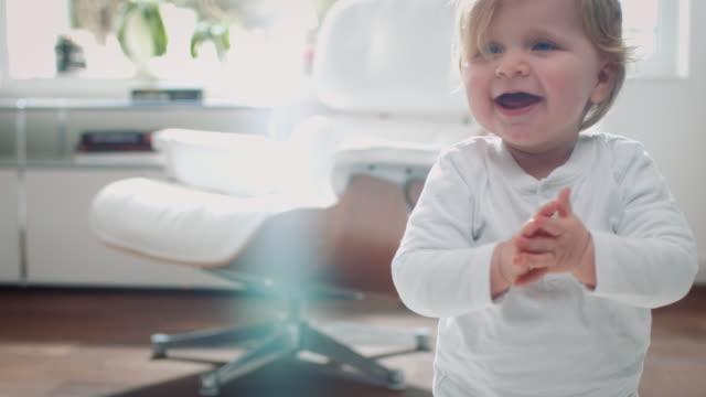 vídeos de stock, filmes e b-roll de bebê aprender a pé - salas de aula