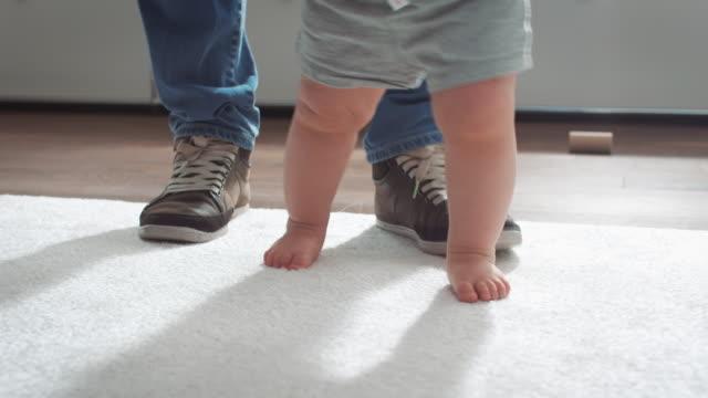 di imparare a camminare - moquette video stock e b–roll