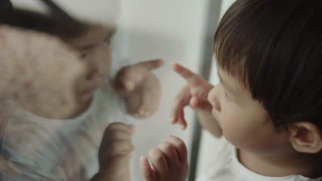 stockvideo's en b-roll-footage met baby graag kijken uit het raam - hand pointing
