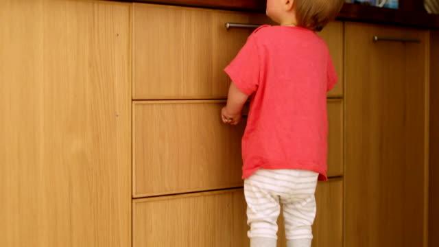 baby små fötter på trä köks stol - looking inside inside cabinet bildbanksvideor och videomaterial från bakom kulisserna