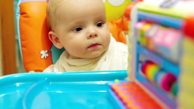 bambino guardando la telecamera - solo neonati maschi video stock e b–roll