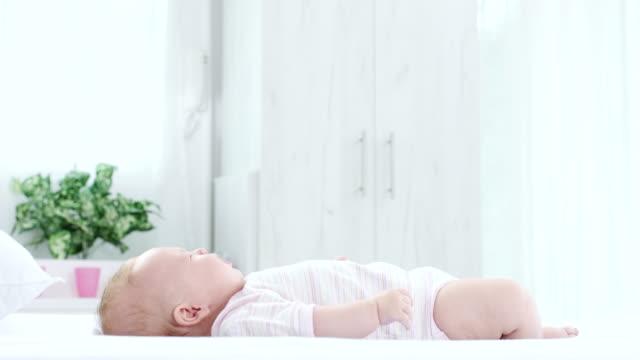 vídeos de stock e filmes b-roll de baby lying down at bed - super baby