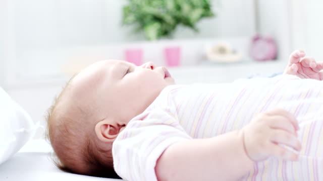 vídeos de stock e filmes b-roll de baby lying down in the bed - super baby