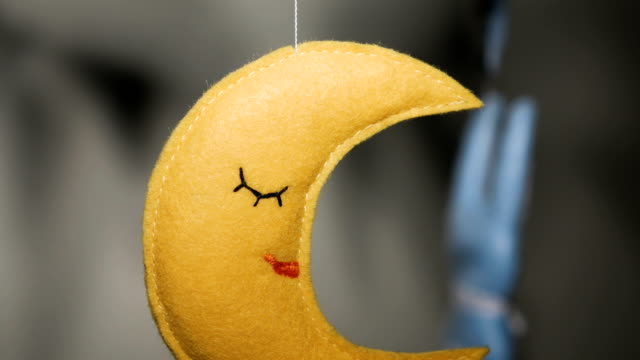 vídeos de stock, filmes e b-roll de móveis com pássaro e animal cosido à mão azul bebê brinca com a lua amarela - mobile