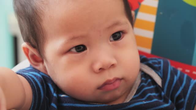baby; slo mo, cu, newborn baby boy face close up of eurasian ethnicity. - neonati maschi video stock e b–roll