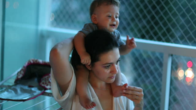 baby on mother shoulders. real life candid family moment at home - 0 11 mesi video stock e b–roll