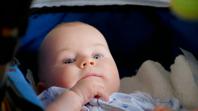 bambino giocando con i giocattoli tempo, primo piano - solo neonati maschi video stock e b–roll