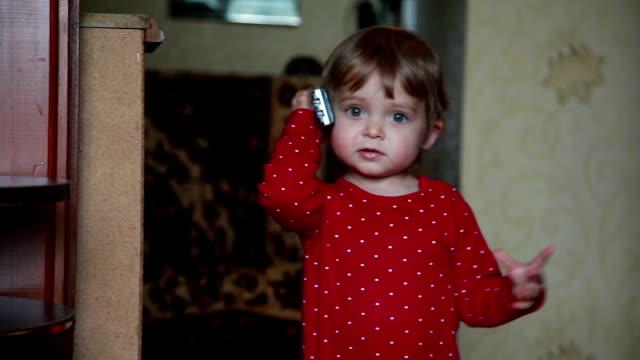 bambino che finge di parlare al telefono - ear talking video stock e b–roll