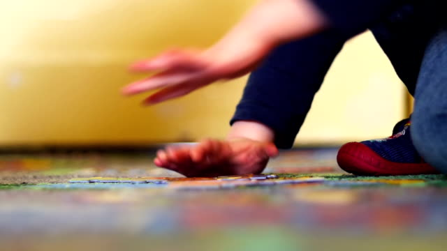 stockvideo's en b-roll-footage met baby puzzling - legpuzzel