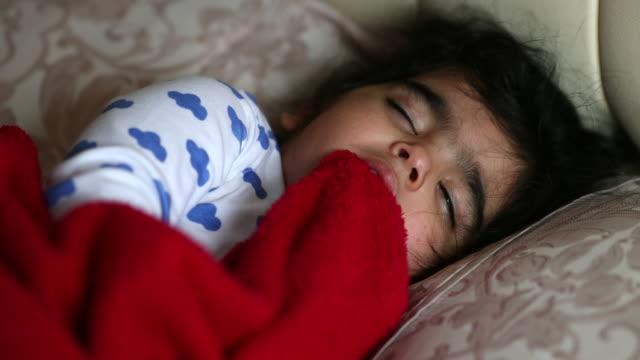 vídeos de stock e filmes b-roll de baby sleeping in parents bed - super baby