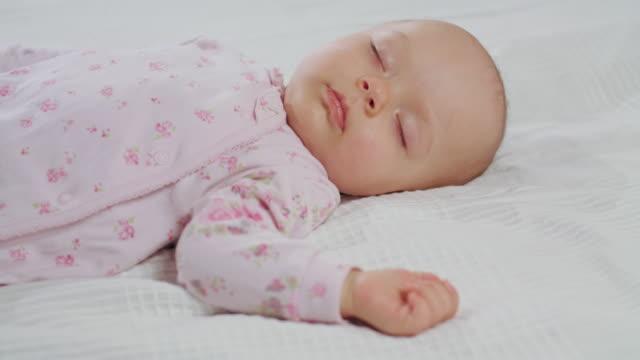bebis sover ljud på sängen - ligga på mage bildbanksvideor och videomaterial från bakom kulisserna