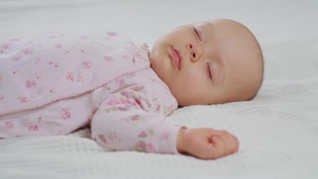 vídeos y material grabado en eventos de stock de bebé durmiendo sonido en la cama - dormir