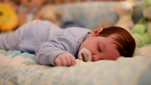 baby sleeping - baby sleeping bildbanksvideor och videomaterial från bakom kulisserna