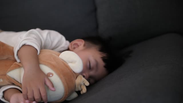 vídeos de stock e filmes b-roll de baby sleeping with teddy bear - teddy bear