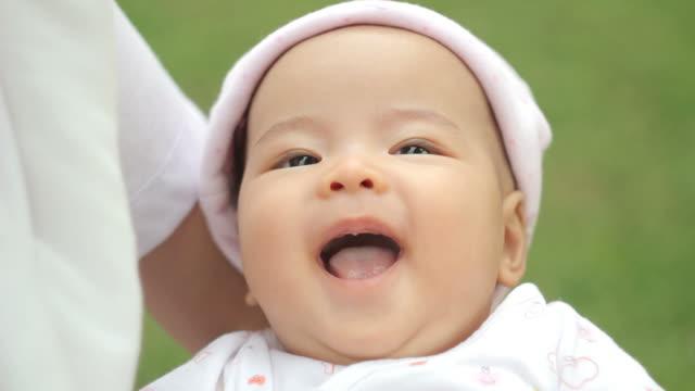 vidéos et rushes de bébé souriant - 0 11 mois
