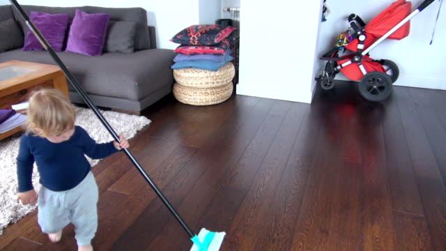vídeos de stock, filmes e b-roll de bebê em casa varrendo - afazeres domésticos
