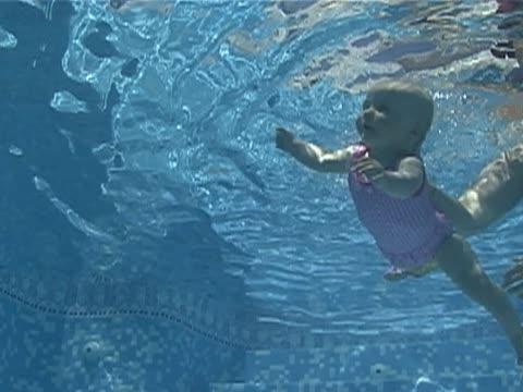 baby schwimmen - kürzer als 10 sekunden stock-videos und b-roll-filmmaterial