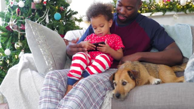 barnet tar över mobil på jul - christmas gift family bildbanksvideor och videomaterial från bakom kulisserna