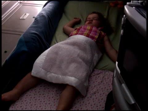 Bébé/enfant endormi dans siège de première classe - Vidéo