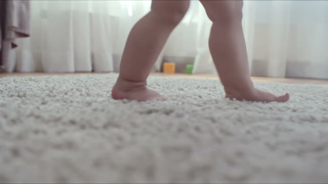 baby walking by herself - fare un passo video stock e b–roll