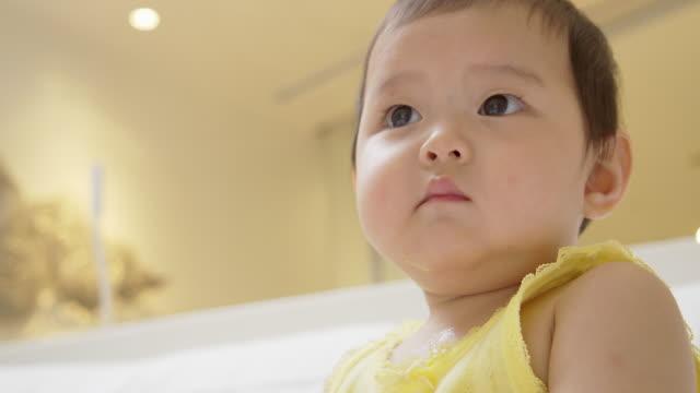 vídeos de stock e filmes b-roll de baby watching tv. - tv e familia e ecrã