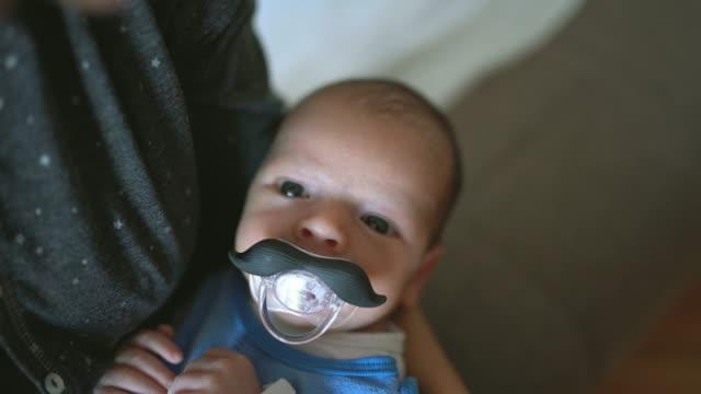 vídeos de stock, filmes e b-roll de bebê com chupeta do bigode - bico