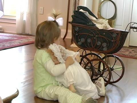 bambini e baby-doll - nastro per capelli video stock e b–roll