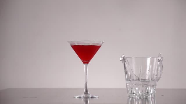 stockvideo's en b-roll-footage met bacardi cocktail - martiniglas
