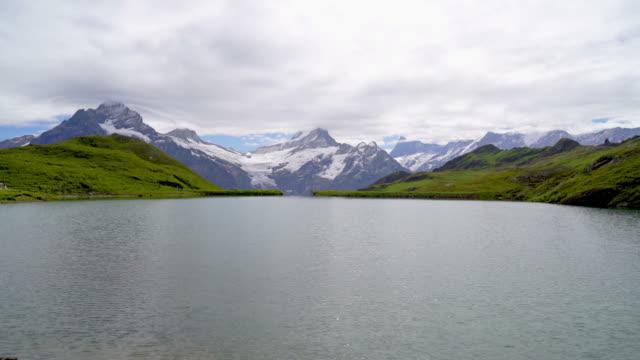 bachalpsee sjö med schweiziska alperna i grindelwald - grindelwald bildbanksvideor och videomaterial från bakom kulisserna