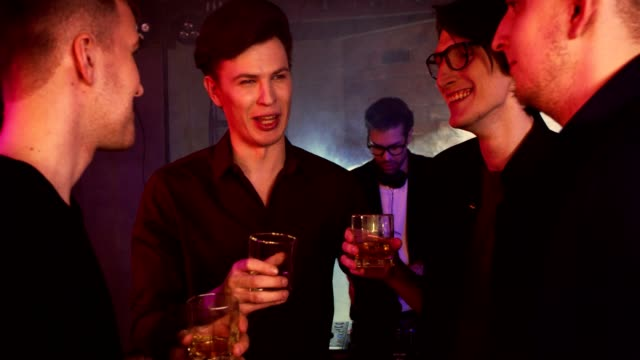 vídeos y material grabado en eventos de stock de de despedida de soltero en un club nocturno - solteros jóvenes