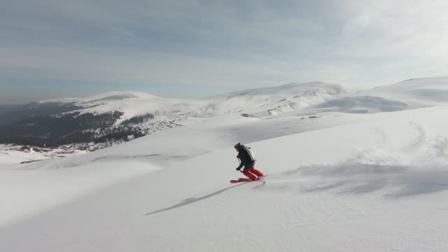 back country skiing down mountain - solo un uomo maturo video stock e b–roll