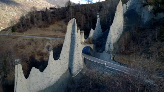 tillbaka flyga, euseigne pyramider-aerial 4k - pyramidform bildbanksvideor och videomaterial från bakom kulisserna