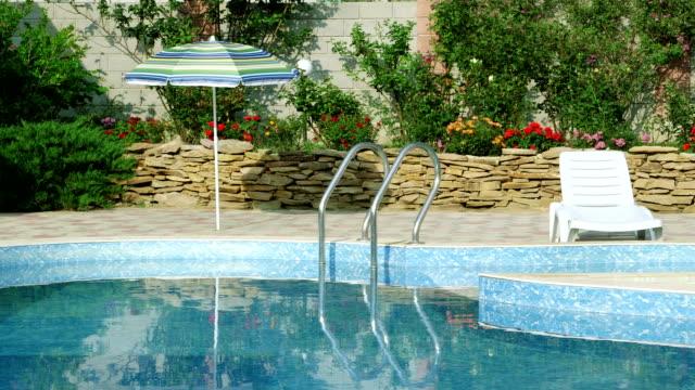 vídeos y material grabado en eventos de stock de jardín de una casa con piscina privada y patio trasero - backyard pool