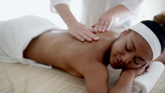 kadındaki sırt masajı - i̇nsan sırtı stok videoları ve detay görüntü çekimi