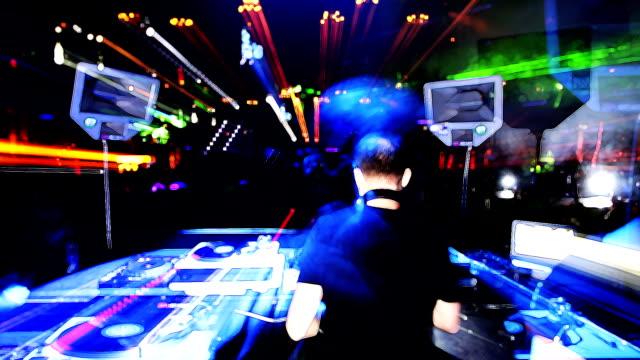 vídeos de stock e filmes b-roll de parte de trás do dj no clube - ibiza