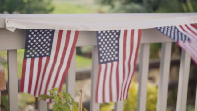 vídeos y material grabado en eventos de stock de patio trasero decorado para la fiesta del 4 de julio. - independence day