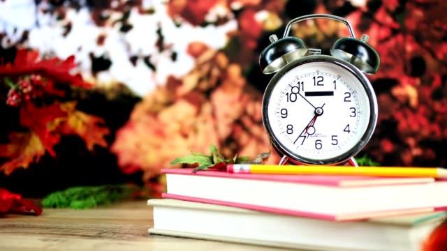 回校與鬧鐘在秋天的季節。 - back to school 個影片檔及 b 捲影像