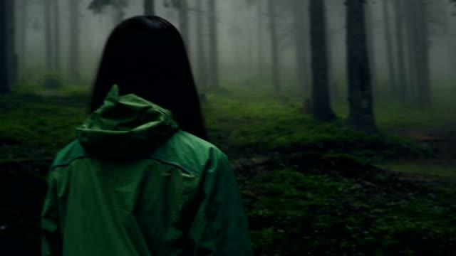 在森林裡徒步旅行的年輕女子的背面視圖 - 非都市風光 個影片檔及 b 捲影像