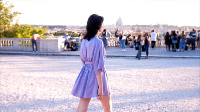 vídeos y material grabado en eventos de stock de vista trasera de hermosa joven caminando en pincio, roma - espalda humana