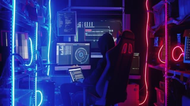 コンピューターでの作業とウイルス データを政府のインフラストラクチャのサーバーに感染させる 10 代のハッカーの背面します。 - 上半身点の映像素材/bロール