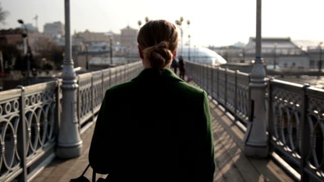vídeos y material grabado en eventos de stock de vista trasera del pie en el puente de la mujer - espalda partes del cuerpo