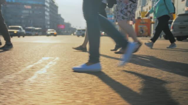 geri görünüm. genç esmer kız şehirde yolun karşısına yeşil ışık bekliyor. arabalar yol boyunca gidiyor. yaz güneşli bir gün. - i̇nsan sırtı stok videoları ve detay görüntü çekimi