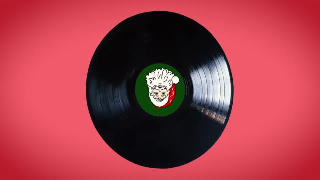 back vinile loop con babbo natale al centro del disco isolato su sfondo rosso - disco audio analogico video stock e b–roll