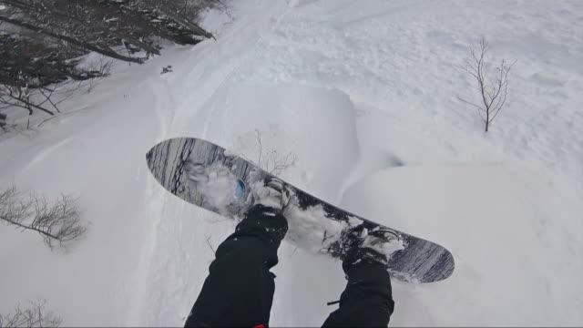 stockvideo's en b-roll-footage met backcountry snowboarder poeder sneeuw vallen - tegenslag