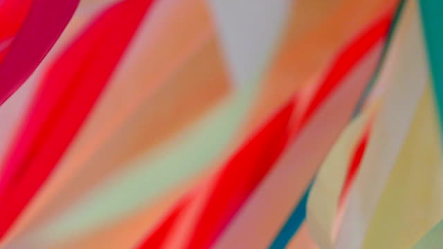 vídeos de stock e filmes b-roll de background - chaotic twisting of multi-colored ribbons (slow motion) - têxtil