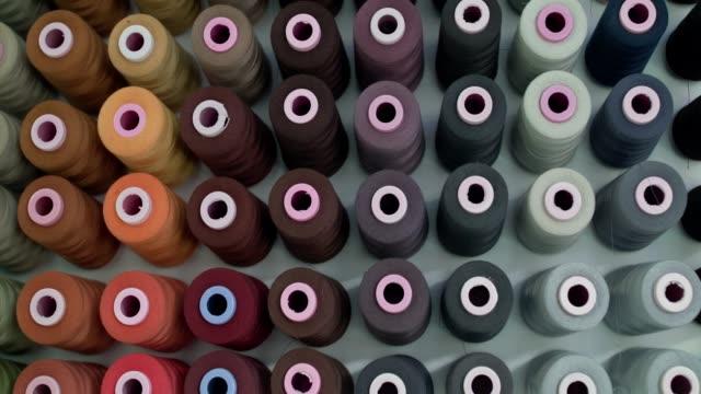 hintergrund der spulen von fäden der farbe der pastelltöne - kurzwaren stock-videos und b-roll-filmmaterial
