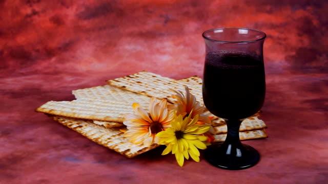 vídeos y material grabado en eventos de stock de fondo con matzo para celebración de la pascua judía - pascua judía