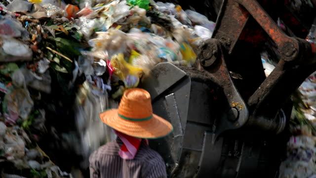 stockvideo's en b-roll-footage met backhoe at garbage dump - shovel