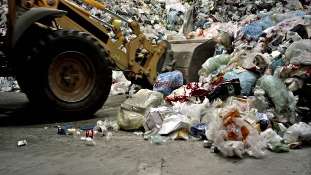 stockvideo's en b-roll-footage met tu backhoe loader oppakken van afval in recyclingbedrijf - shovel