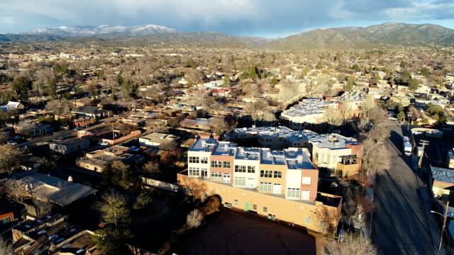 rückendeckung von luxus condo real estate living in the desert mountains of santa fe, new mexico - südwesten stock-videos und b-roll-filmmaterial